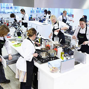 Buy cookery classes and workshops offering a wide selection of mouth-watering treats for foodies, which will have them whipping up culinary delights in no time, great gifts for any occasion