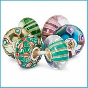 Buy her these Wonderland trollbeads kit for this anniversary gift
